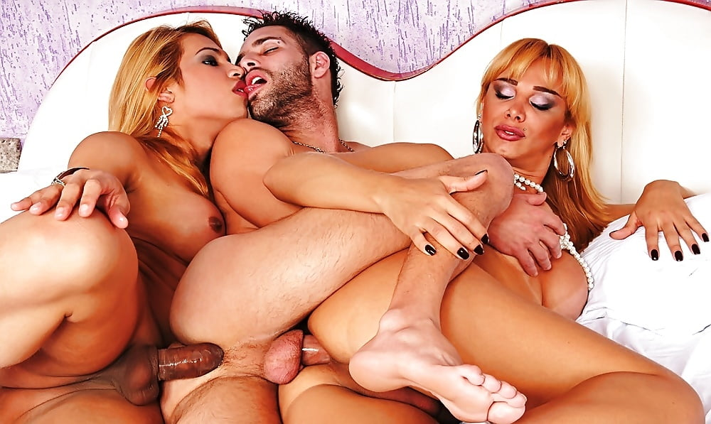 Two hot babes and tranny fuck sybian