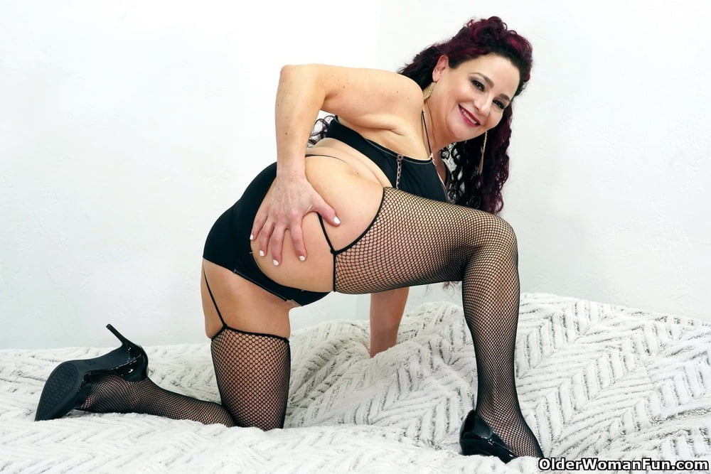 Amanda Ryder from OlderWomanFun - 12 Pics