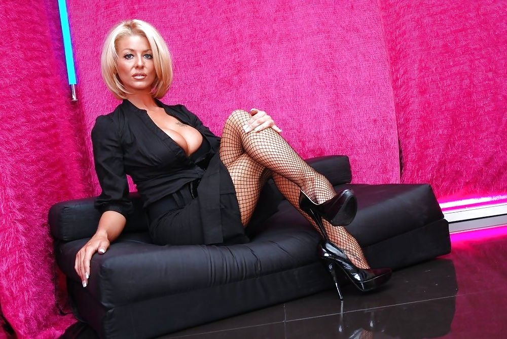 сексуальная зрелая женщина на шпильках