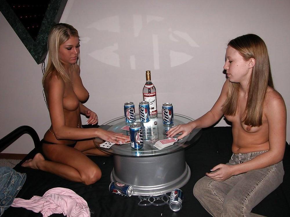 erotika-studentki-video-smotret-kak-devki-igrayut-v-strip-poker-urali-video